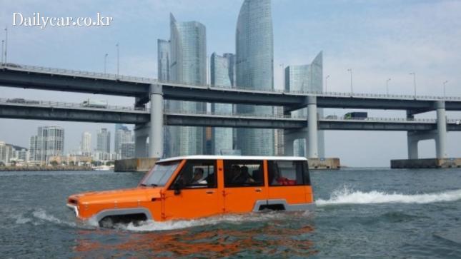부산 광안리 바다를 운행중인 수륙양용 SUV 앰피크루저(Amphicruiser)