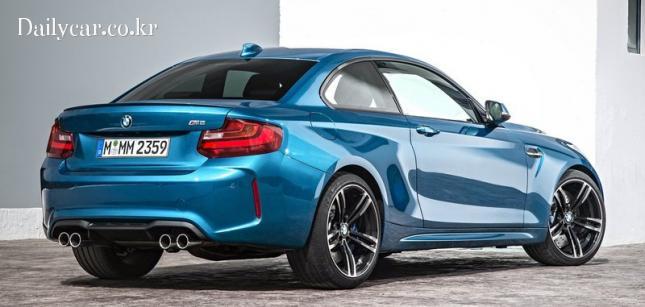 BMW M2 (앞뒤 펜더가 부풀려진 디자인)