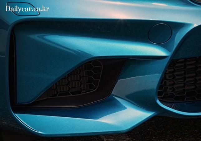BMW M2 (특유의 공기 흡입구 디테일의 앞 범퍼)