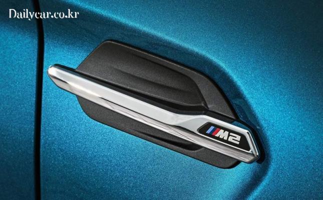 BMW M2 (펜더의 측면 장식이 M시리즈임을 보여줌)