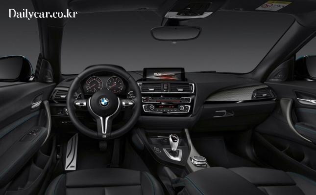BMW M2 (은근한 긴장감이 흐르는 실내 분위기)