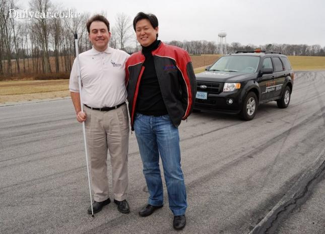시운전에 참가한 시각장애인과 데니스 홍 교수