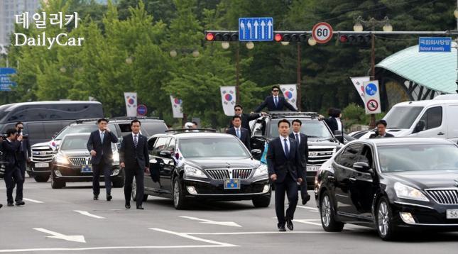 대통령 경호차량으로 활용된 캐딜락 에스컬레이드(제공: 연합뉴스)