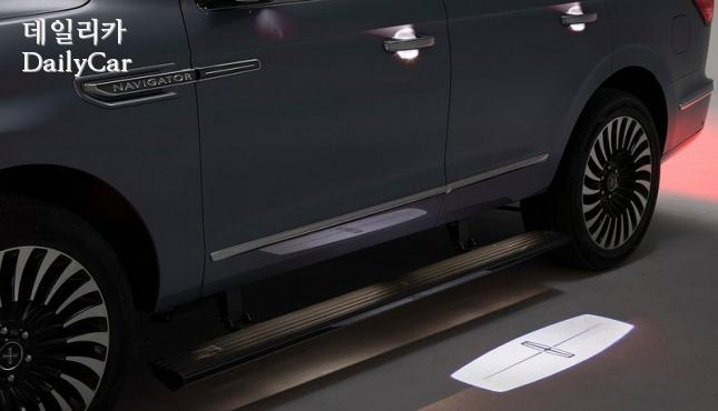 링컨 내비게이터 (링컨 배지 형태로 켜지는 커티지 램프)