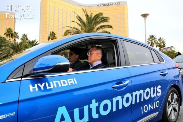 아이오닉 자율주행차를 시승하고 있는 정의선 현대차 부회장