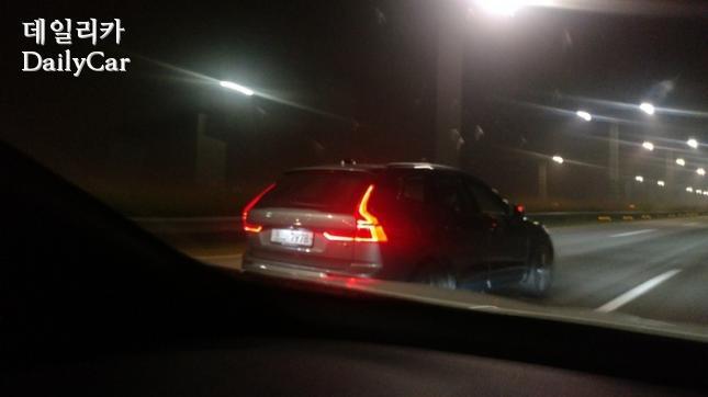 자유로에서 주행이 포착된 신형 XC60 (제공: 데일리카 독자 강민형씨)