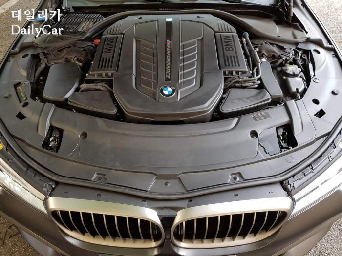 BMW M760Li xDrive (엔진룸)
