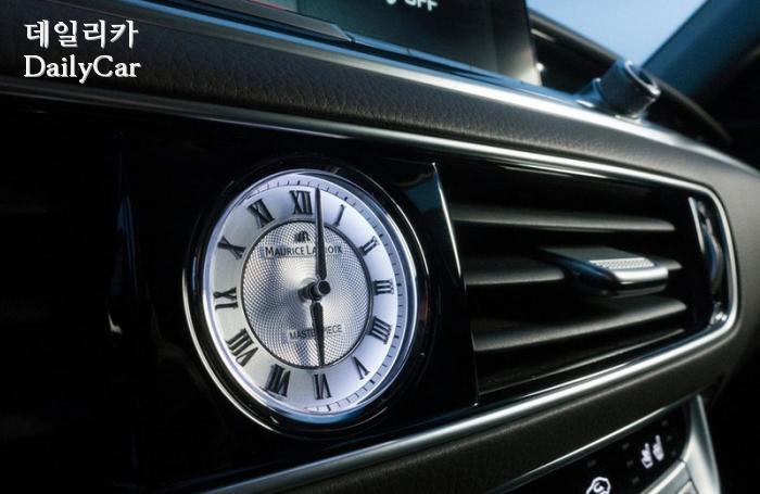 센터페시아에 적용된 스위스 명품 시계 (모리스 라크로와)
