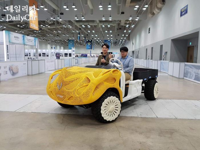 울산과학기술원(UNIST) 학생들(우측 이문영 씨)이 3D 프린팅 기술을 적용해 개발한 전기차 (2018 부산국제모터쇼)