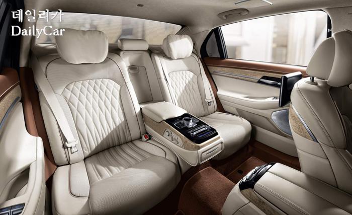밝은 색상이 적용된 G90의 뒷좌석과 실내