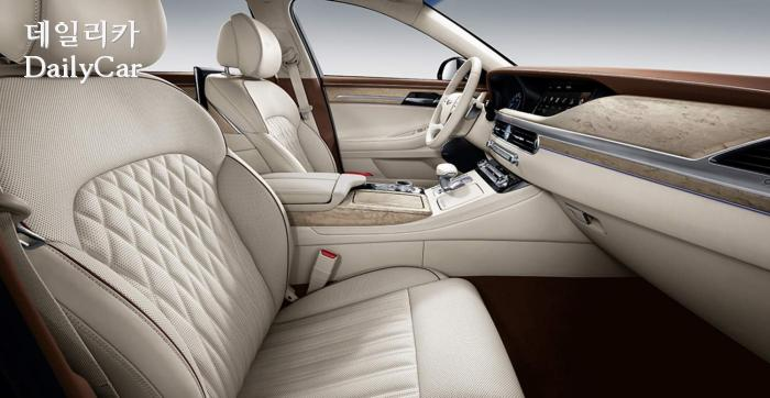 밝은 색상이 적용된 G90의 앞 좌석과 실내