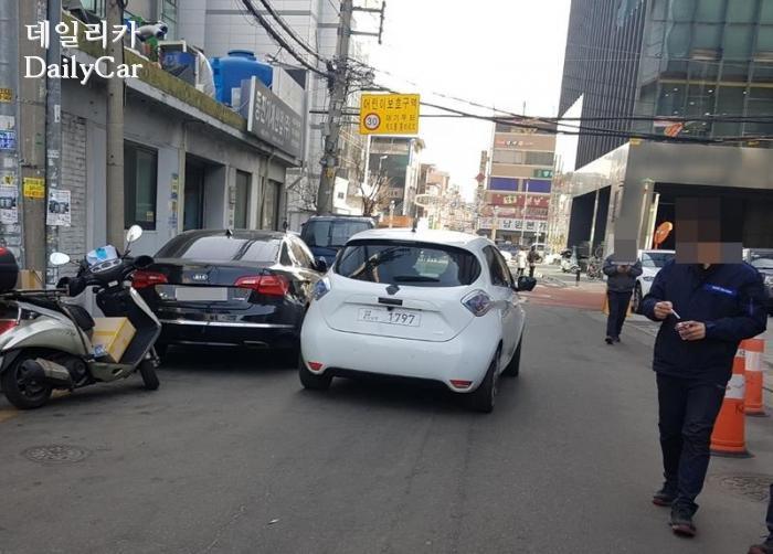 서울 도심에서 포착된 전기차 르노 조에(제공: 데일리카 독자 권성수님)
