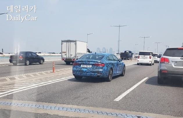 지난 11일 포착된 아우디 A5 시험주행차량 (제공: 데일리카 독자 강민수 님)