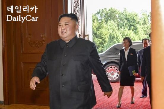 김정은 북한 국무위원장이 7일 백화원에 입장하는 모습. 그가 내린 차량 휠에 롤스로이스의 로고가 보인다. [사진 미국 국무부]