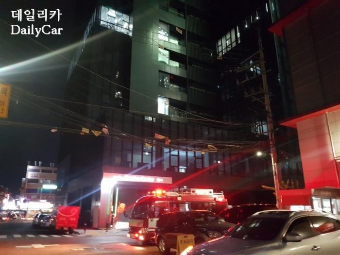 서비스 센터 앞에 주차된 구급 차량의 모습. (제공: 데일리카 독자 김재호 님)