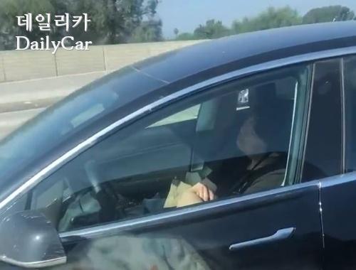 테슬라 자율주행 차량에서 잠든 운전자. [유튜브 캡쳐]