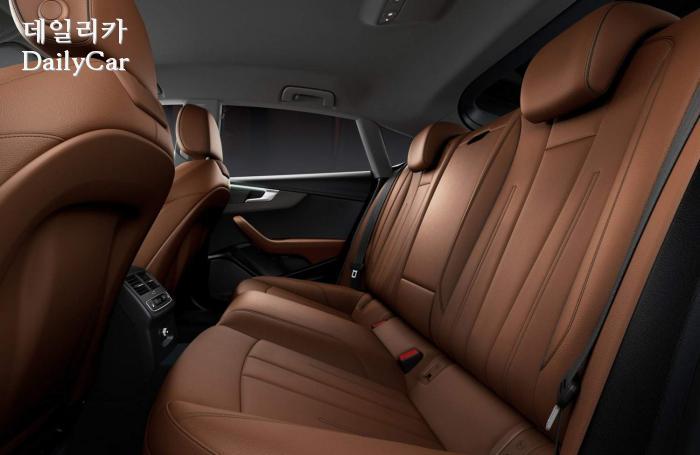 2020년형 아우디 A5 쿠페의 뒷좌석