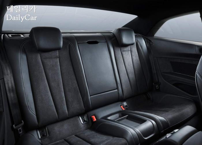 2020년형 아우디 A5 스포츠백 의 뒷좌석