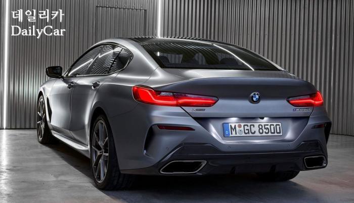 2020년형 BMW 8시리즈의 후측면 뷰