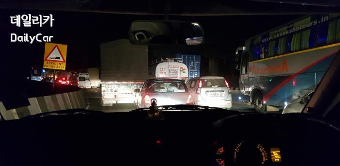 새벽 3시 인도 롤로나 칸달라 간선도로의 교통 체증