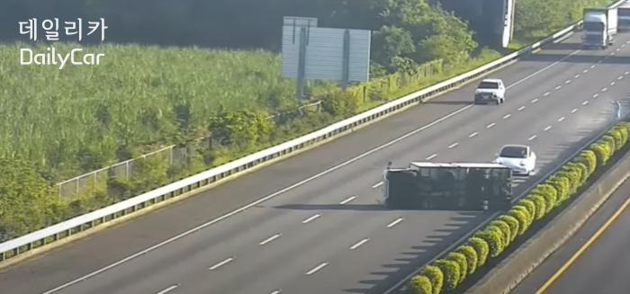 대만 고속도로에서 화물차와 추돌하는 테슬라 전기차 모델3의 모습. 출처: EBC
