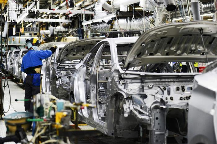 코로나 19로 인해 자동차 공장 대부분 문을 닫았다