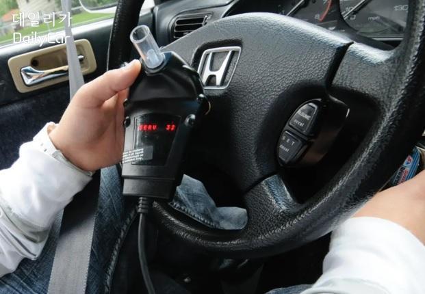 차량에서 음주 운전을 측정하는 모습. 출처 AP통신
