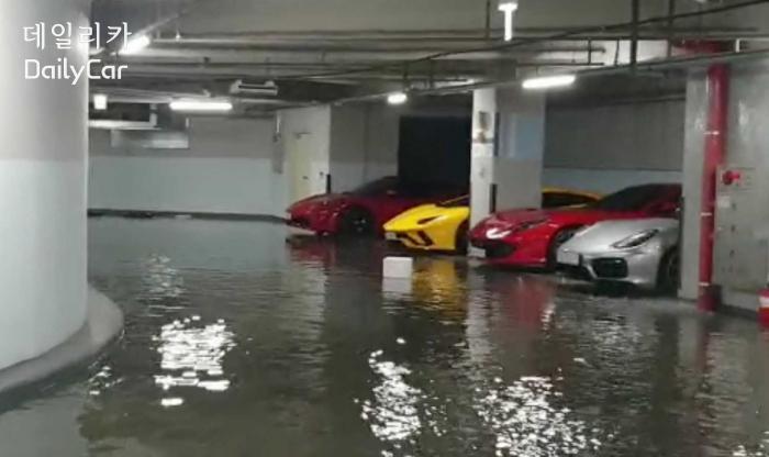 침수된 부산 빌딩 지하주차장에 주차된 슈퍼카. 연합뉴스
