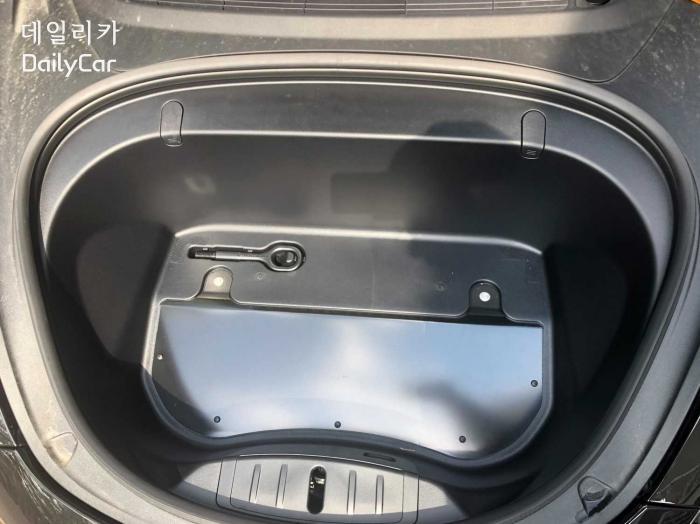 변경 이전의 모델 3 앞트렁크