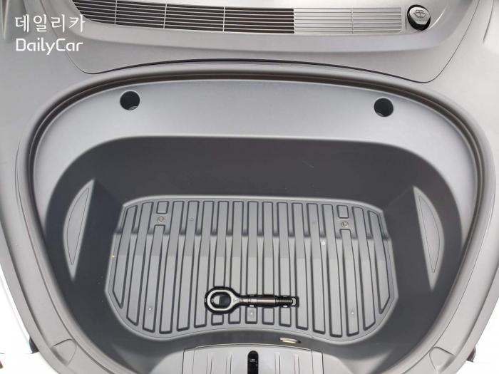 변경된 모델 3의 앞 트렁크