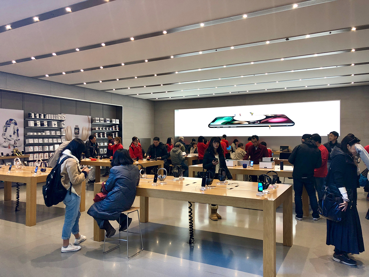 사진은 일본 애플 스토어 오모테산도점 내부, 지하 1층은 제품을 직접 체험하고 배워보는 공간으로 꾸며져 있다.
