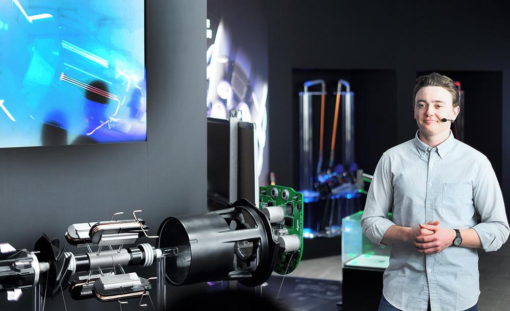 디지털 모터 V10을 설명하는 디자인 엔지니어 '쌤 트위스트'