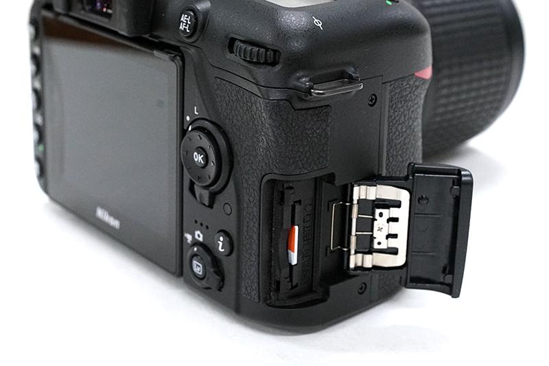 니콘 D7500의 메모리 슬롯. 기존 2개에서 1개로 줄었다.