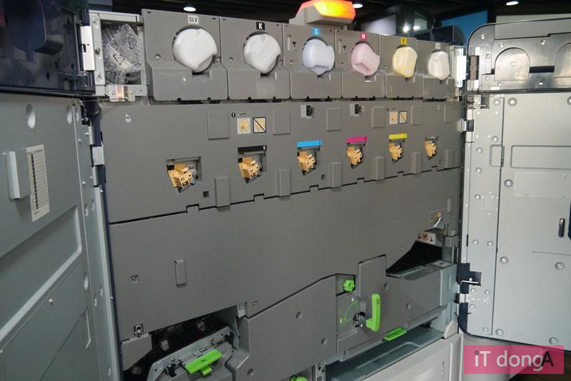 6색 특수 드라이 잉크를 탑재한 이리데스의 내부