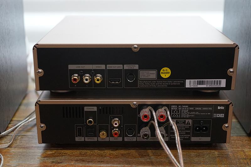 브리츠 BZ-TM9080 진공관 오디오의 후면. 다양한 음성 입력단자가 있다.