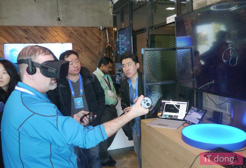 인텔 하우스의 VR 시연대