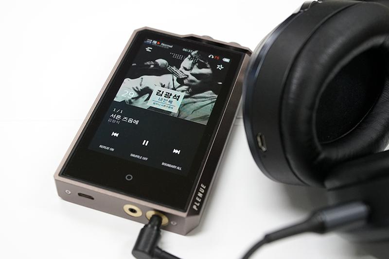 고성능 휴대용 DAP를 이용해 음악을 감상하는 모습