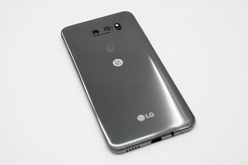 LG V30S 씽큐는 아직 뉴 플래티넘 그레이 한 색상만 존재한다.