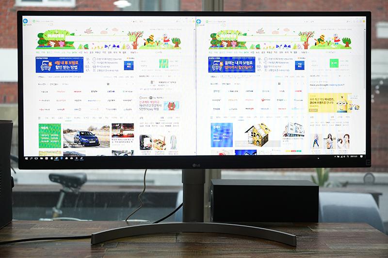 21:9 영역의 디스플레이는 웹 브라우저 2개를 표시하기에 충분하다.