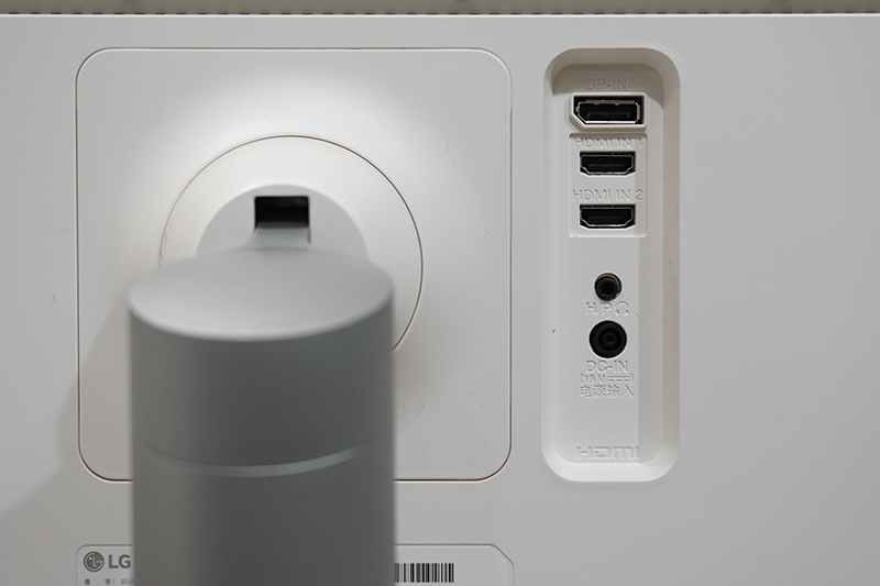 LG 울트라와이드 모니터 34WK650의 후면 입력부.