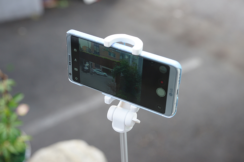 스마트폰 고정부는 자유롭게 회전 가능해 원하는 각도로 촬영 가능하다.