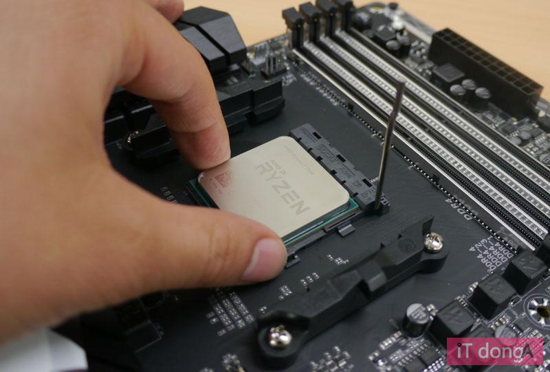 데스크탑용 메인보드에 CPU를 탑재하는 모습