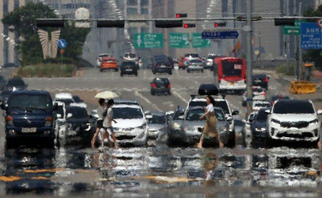 폭염과 열대야가 이어지면서 냉방 기기 사용 시간도 늘어나고 있다