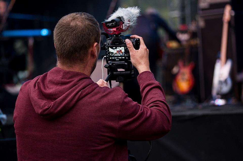 DSLR 카메라는 실시간 방송 보다는 녹화 방송에 더 어울리는 장비다