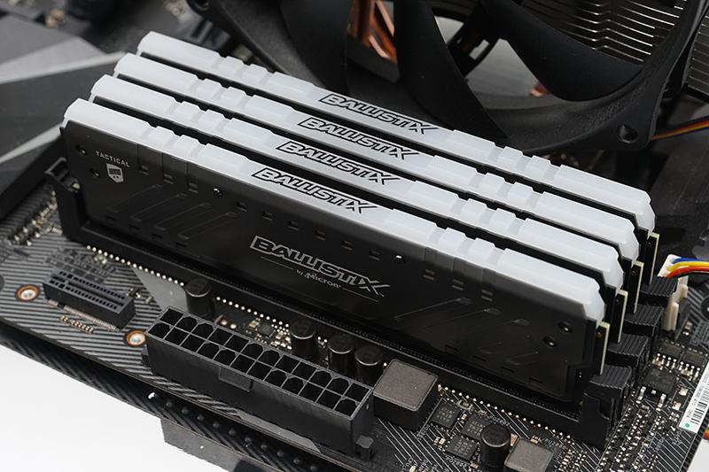 마이크론 크루셜 발리스틱스 택티컬 트레이서 DDR4-2666 메모리를 메인보드에 연결한 모습.
