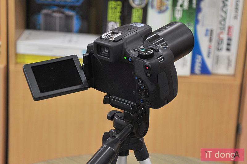 틸트 액정을 갖춘 하이엔드 카메라