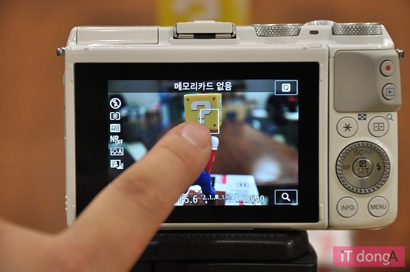 터치 스크린으로 초점을 맞추거나 설정을 바꿀 수 있는 디지털 카메라