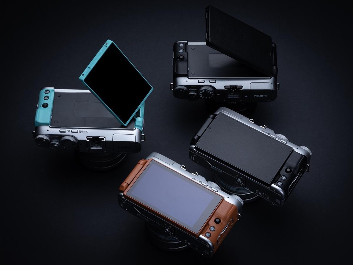 작은 크기와 대형 액정 디스플레이는 X-A7의 몇 안 되는 장점 중 하나.