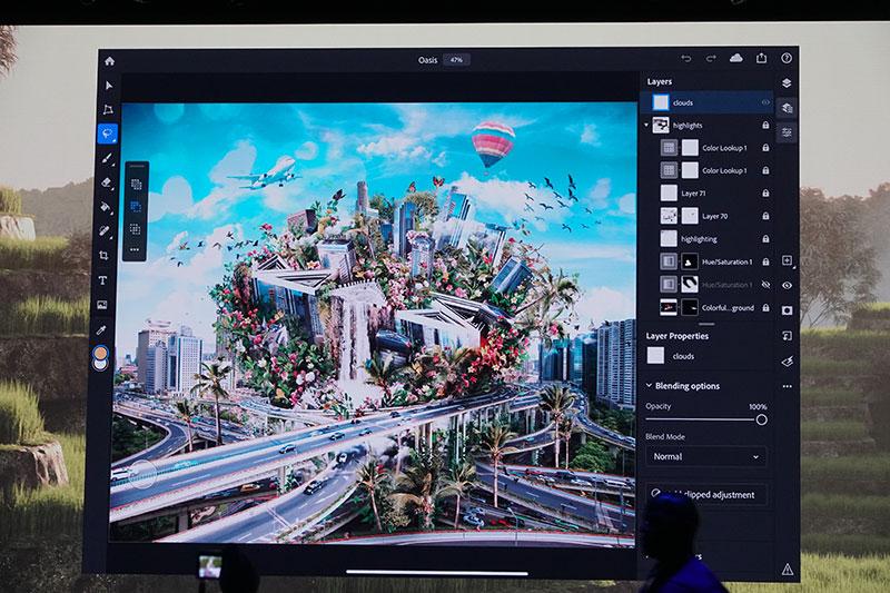 포토샵 모바일 앱에서는 데스크톱과 동일한 수준의 작업 기능을 터치 인터페이스에서 제공한다