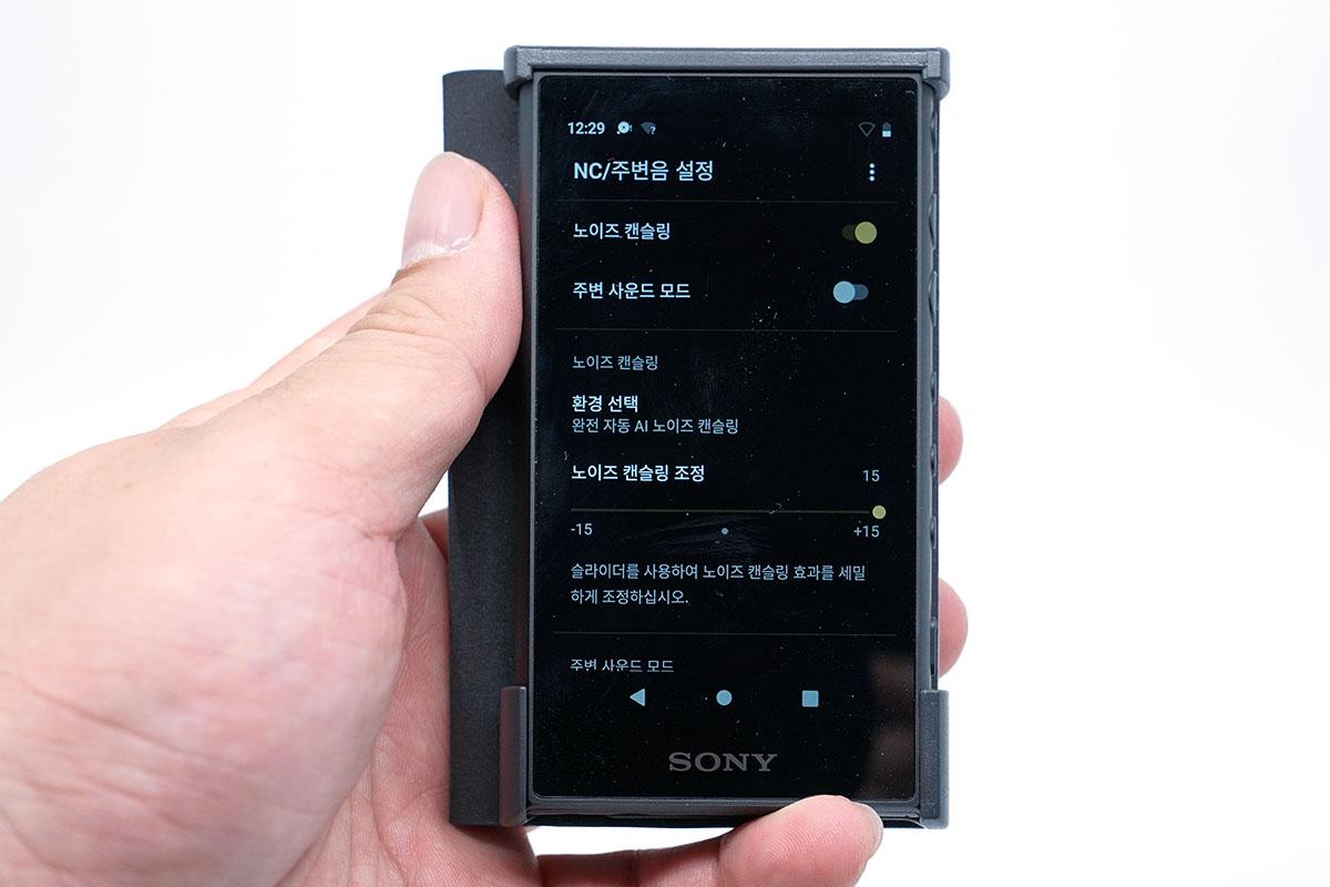 노이즈 캔슬링 기능도 제공되지만 이어폰 자체에서 제공되는 것에 비하면 성능은 다소 떨어진다.
